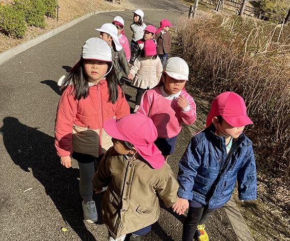 お散歩中の子どもたち